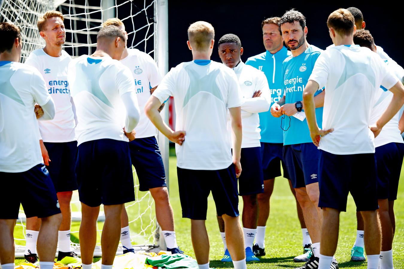 De eerste training van Mark van Bommel als trainer van PSV.