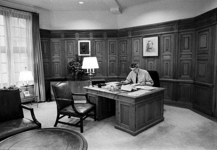 Premier Wim Kok van het eerste paarse kabinet op de eerste dag aan het werk. Vandaag worden de eerste notulen van het kabinet-Kok I openbaar.  Beeld Hollandse Hoogte / Bert Verhoeff