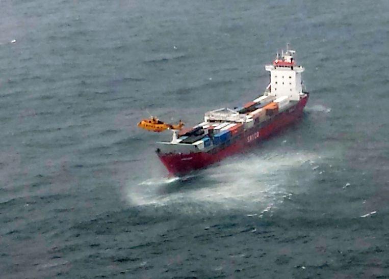 Het containerschip met een helikopter van de Canadese kustwacht