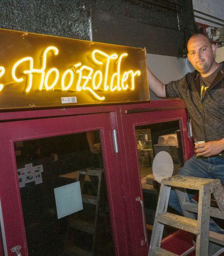 Voor de laatste keer kijken bij de befaamde discotheek 'de Hooizolder'