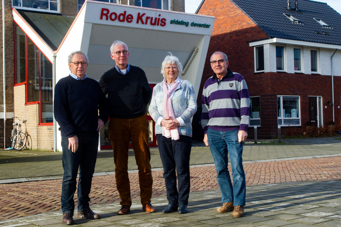 Bestuursleden Roelof Veld en Jan Hattink en vrijwilligers Jellie de Jong en Wil Brandwacht voor het Rode Kruisgebouw in Deventer.