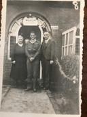Toon Timmermans wordt thuis door zijn ouders onthaald na zijn diensttijd in Nederlands-Indië.