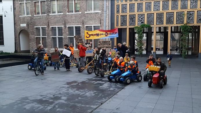 Protest van kinderen bij het Deventer stadhuis tegen de dreigende sluiting van het Speelgoedmuseum.