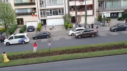 Bewoners en agenten dansen op straat bij dagelijks applaus voor zorg