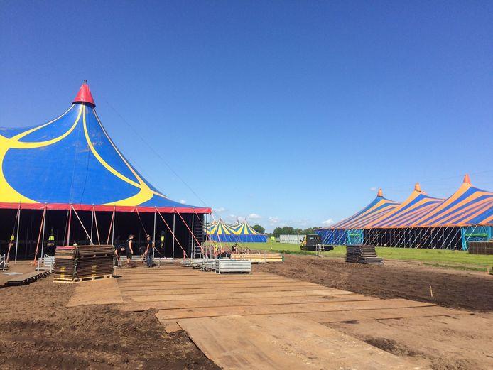 De feesttenten voor het BZB-festival 'Alle Remmen Los' in Loosbroek staan. Rechts de grote hoofdtent, op de achtergrond de tent waarachter ook het campingterrein ligt.