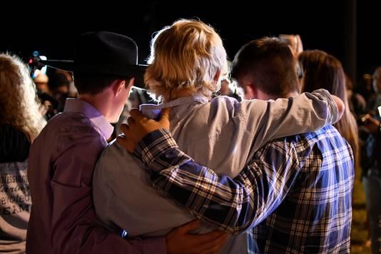 Lokale bewoners zoeken troost bij elkaar na het drama.