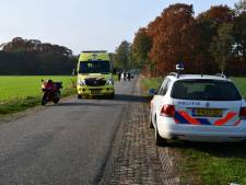 Motorrijder gewond na ongeluk in Hellendoorn, bestuurder rijdt door
