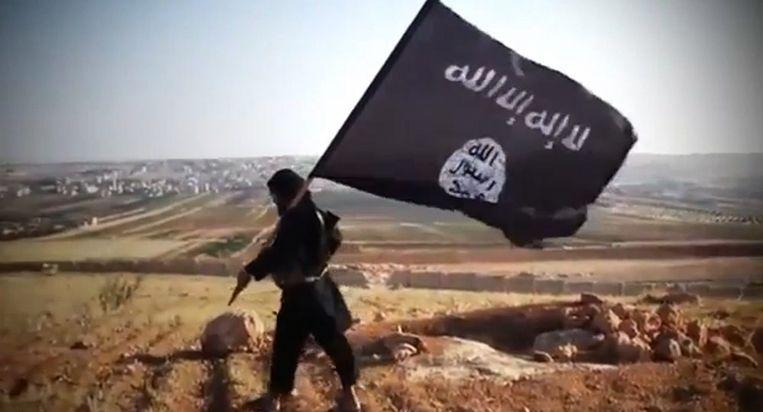Een jihadist met een vlag van IS, archiefbeeld ter illustratie.