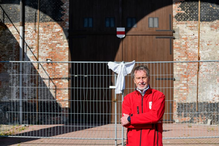 Het Ros Beiaard blijft een jaar langer op stal achter de poort van de Hollandse Kazerne. Pijnderdeken Gustaaf Mannaert belooft zijn manschappen tegen 30 mei 2021 nog beter klaar te stomen.