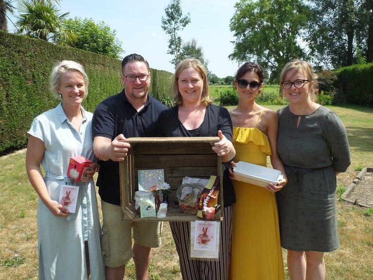 Frederik en Priscilla met Sigrid Cloet, Evi Renaux en Melissa Van Quaille, die de vzw hielpen oprichten.