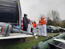 Leden van de SP bereiden de blokkade van natuurplas Over de Maas in Maasbommel voor.