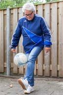Elly Manuputty is het voetballen nog niet verleerd.
