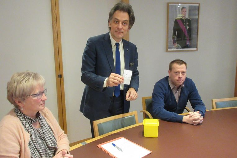 Burgemeester Beeken loot de nummers, onder toezicht van schepenen Agnes Van de Gaer en Filip Broos.