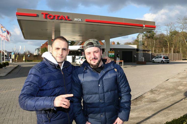 Emre Karaca (links) en Davy Lopez-Gonzalez bij het Total-tankstation.