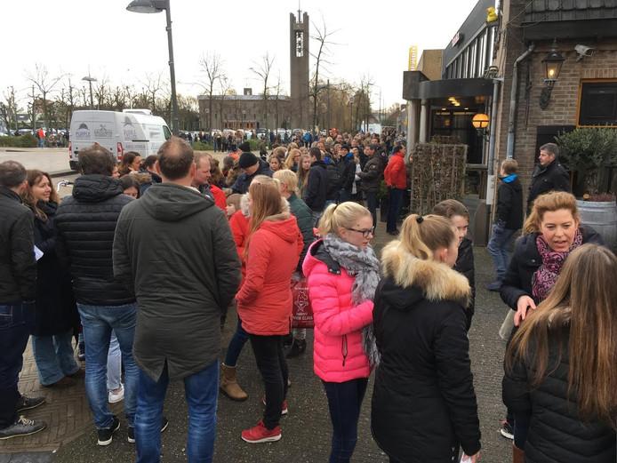 Een lange rij van mensen die een kaartje wilden kopen.