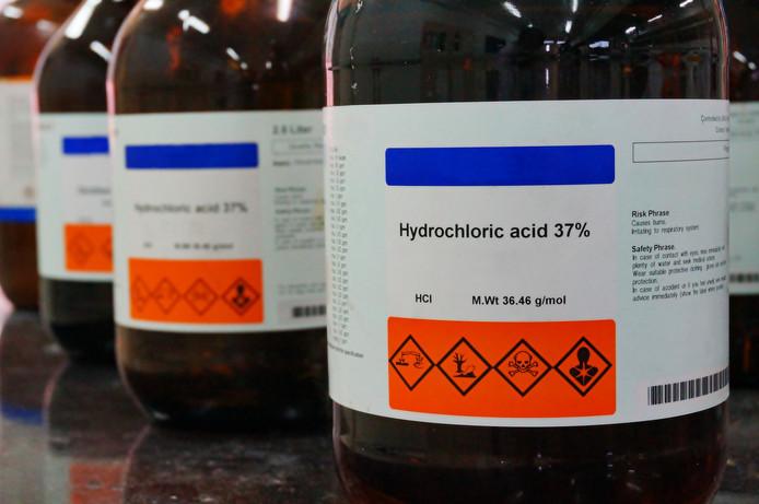 Flesjes met zoutzuur.