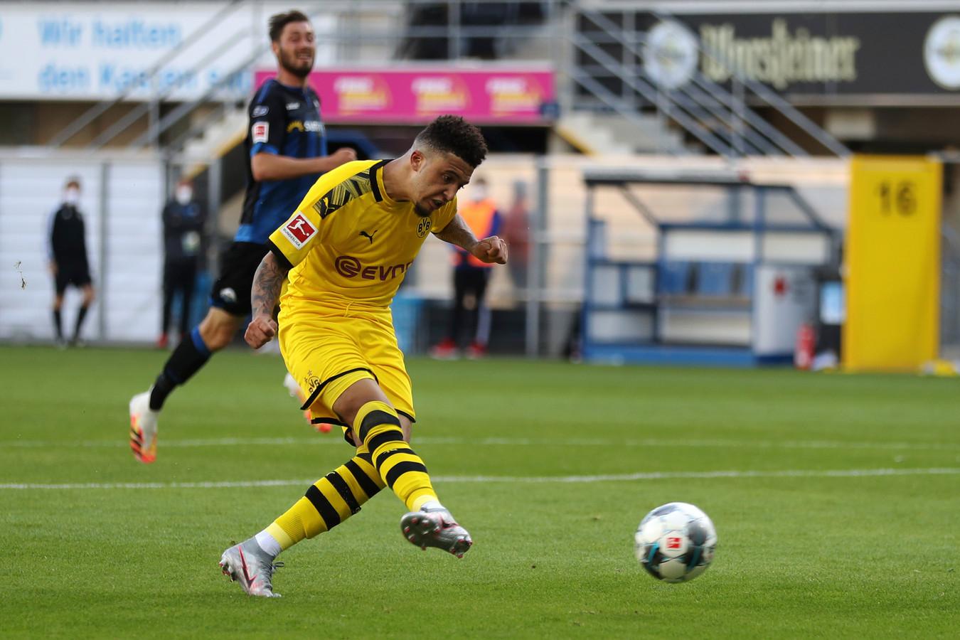 Jadon Sancho schuift zijn derde binnen tegen SC Paderborn.