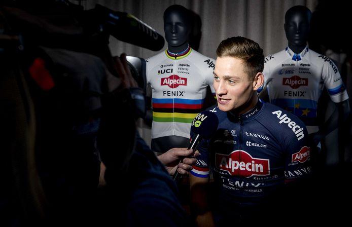 Mathieu van der Poel staat de pers te woord na afloop van de presentatie van team Alpecin-Fenix, de nieuwe naam van de ploeg van de kopman.