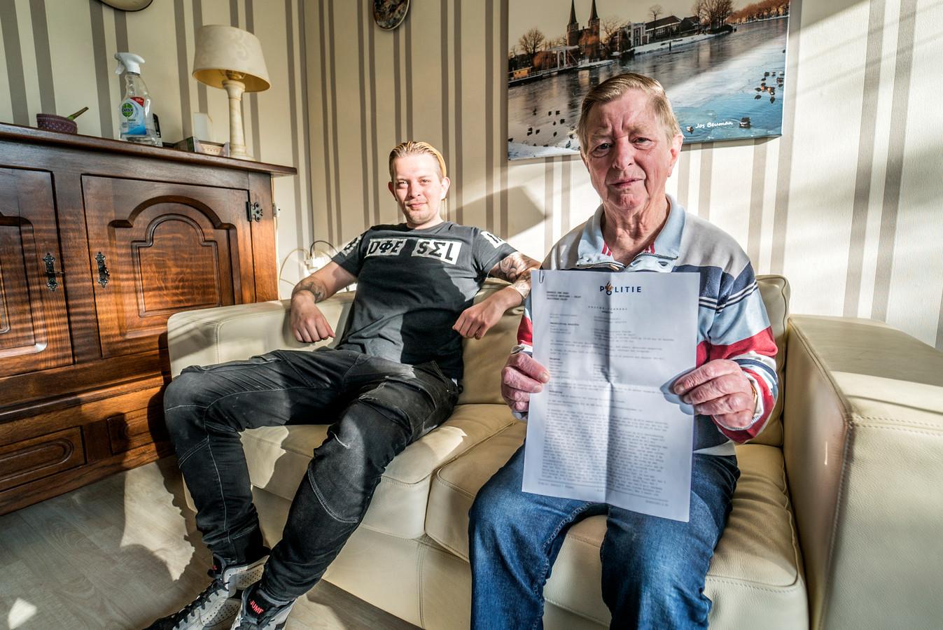 """Jurien naast 'Opa Joop', die voor duizenden euro's werd opgelicht in zijn eigen huis.. ,,Ik begrijp niet hoe je zoiets kan doen."""""""