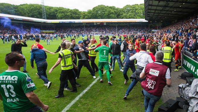 Ongeregeldheden op het veld na De Graafschap - Go Ahead Eagles.