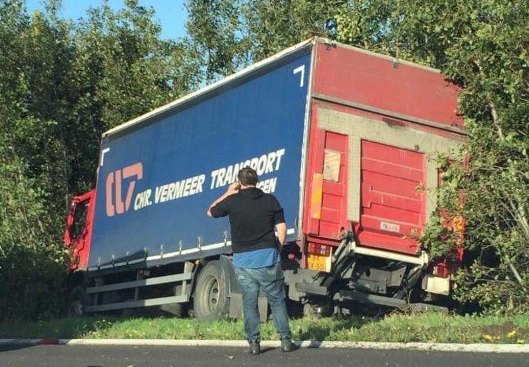 De vrachtwagen ging het decor in na een aanrijding met een andere vrachtwagen. Er vielen geen gewonden.