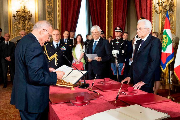 De eurosceptische Paolo Savona (links) wordt benoemd tot minister van Europese Zaken.  Beeld AFP
