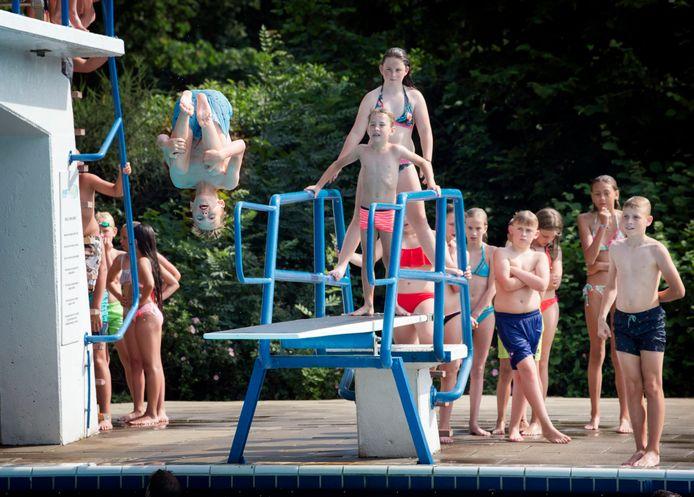 Kinderen spelen in zwembad de Ganzewiel in Raamsdonksveer.