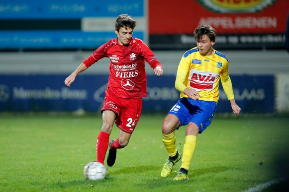 Centrale middenvelder Justin Pieters (rood) in actie tegen Sint-Niklaas.