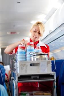Eten en drinken in de lucht is prijzig, maar de verschillen zijn groot