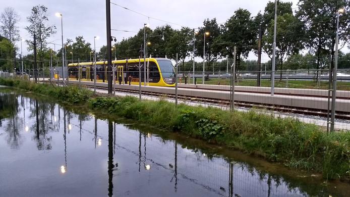 De nieuwe tram rijdt proefritten op de Uithoflijn op de Uithof.