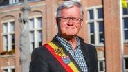 Uittredend burgemeester De Rycke geeft fakkel door aan zoon Piet