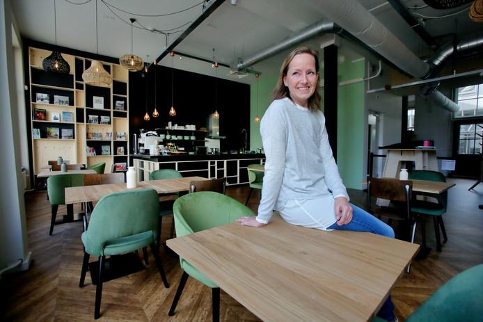 Esther Schuhmacher van de Bibliotheek AanZet, in het nieuwe café.