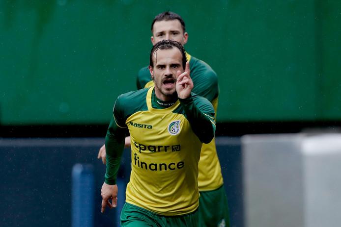 Lars Hutten viert een doelpunt voor zijn voormalig werkgever Fortuna Sittard.