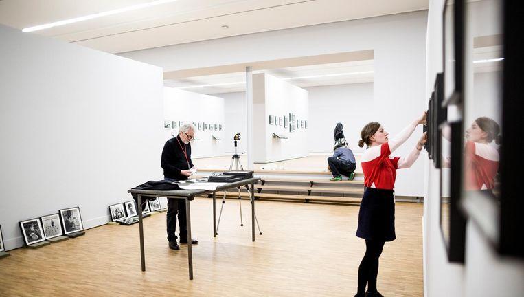 De expositie van Werner Bishof met de met elkaar verbonden zalen. Links conservator Wim van Sinderen. Beeld Freek van den Bergh / de Volkskrant