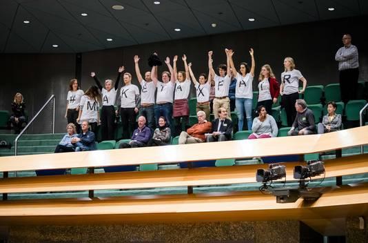 Actievoerders op de publieke tribune tijdens het debat over het afschaffen van de dividendbelasting.