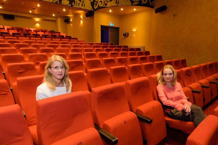 Staatssecretaris Mona Keijzer (links) is op bezoek bij Figi in Zeist en bespreekt de problemen in het theater met directeur Victoria Ruijs.