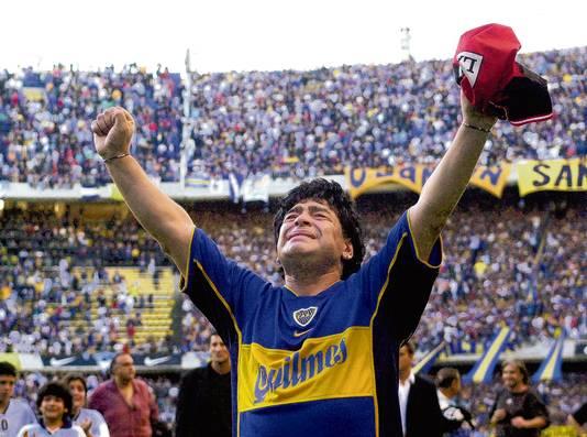 Dieg Maradona bedankt het publiek bij zijn afscheidswedstrijd in La Bombonera op 10 november 2001.