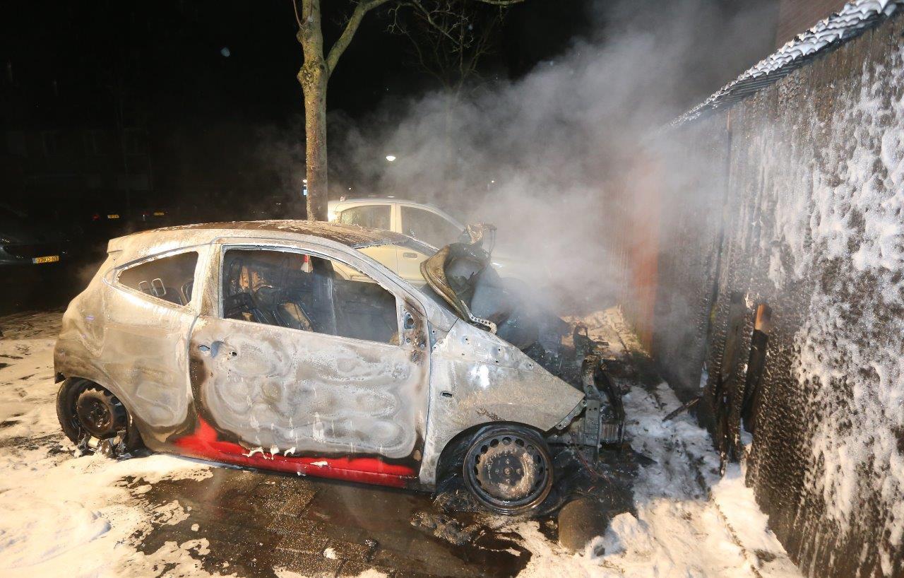 De auto brandde helemaal uit.