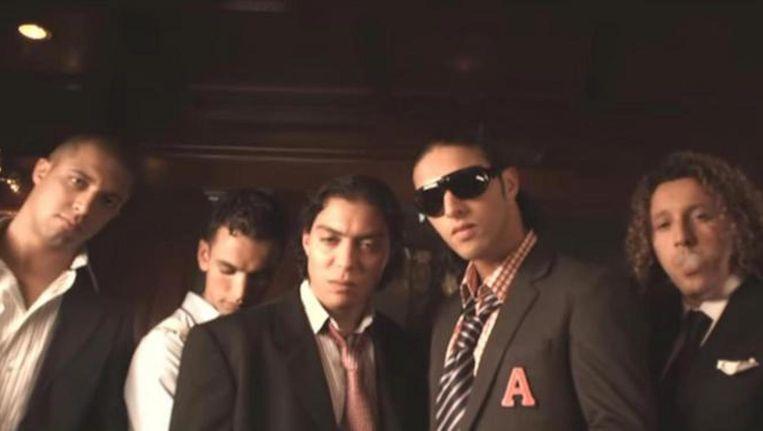 Beeld uit een clip van Ali B. met Redouan 'Takka' Boutaka (midden) in een prominente rol. Beeld .
