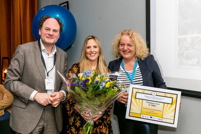 Helena den Dekker en Yvonne Scherphof (rechts) ontvingen uit handen van Nuffic-directeur Freddy Weima een cheque ter waarde van 1000 euro.