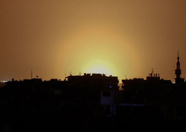 De explosie gezien vanuit de Syrische stad Douma. Beeld AFP