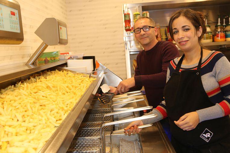 Marc en Rabiaa in hun bekroonde frituur