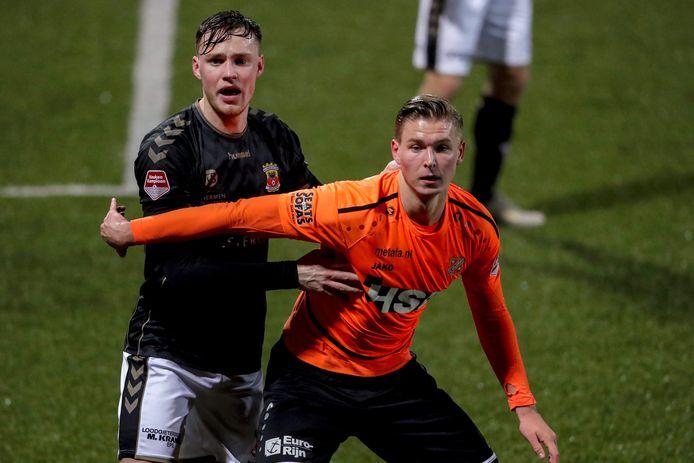 Jelle Duin (rechts) in actie voor FC Volendam.