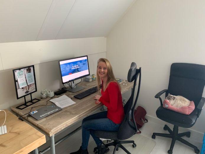 Manuela Netten werkt op haar studeerkamer.