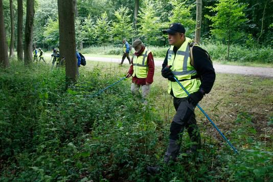 Het Veteranen Search Team kamt landgoed Amelisweerd in Bunnik uit op zoek naar de vermiste Utrechtse.