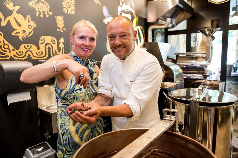 Dominique Persoone samen met zijn vrouw Fabienne in de winkel aan het Simon Stevinplein.