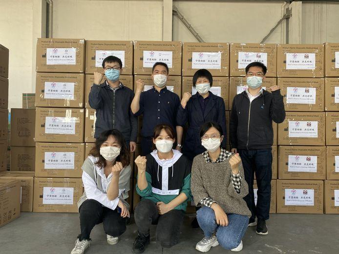 Inwoners van Wuxi bij de tientallen dozen met mondkapjes.