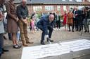 De burgemeester bezig met het aanbrengen van de krijtgraffiti.