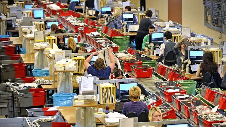 Het distributiecentrum van Wehkamp in Dedemsvaart. Beeld Raymond Rutting / de Volkskrant