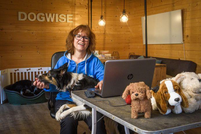 Geen puppycursussen voor Helma Polman. De eigenaresse van hondenschool Dog Wise werkt net zoals velen thuis. Ze maakt zich grote zorgen over alle coronapuppy's.